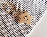 Llavero de madera de pino con forma de estrella y la letra A pirograbada en una de sus caras